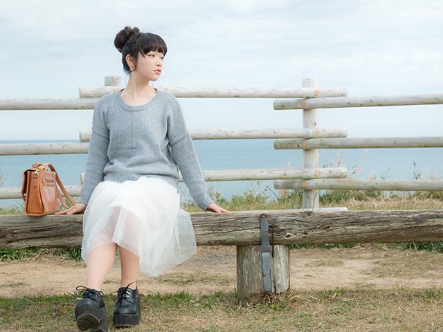 高台のベンチに座っている女性