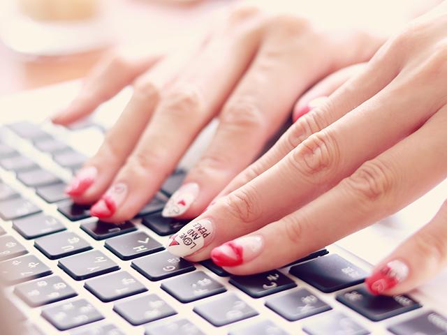 ノートPCをタイピングしている女性