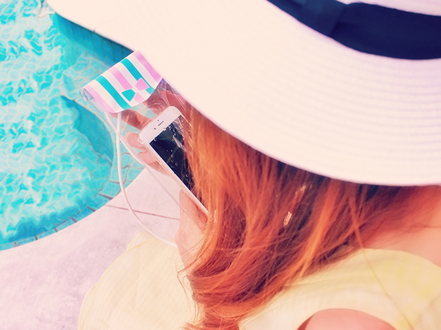 白い帽子をかぶっている女性
