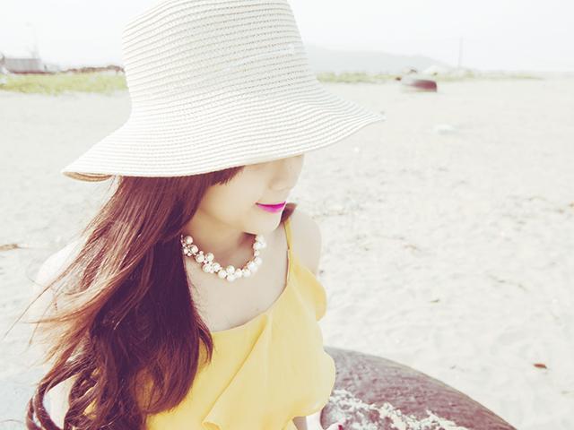 浜に居る女性