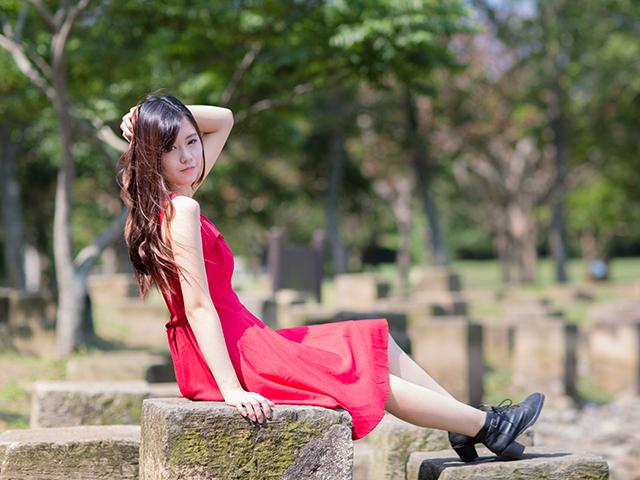 赤いワンピースを着ている女性