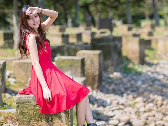 石造りのブロックに座っている女性