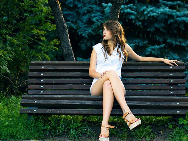 ベンチに座っているキレイな女性