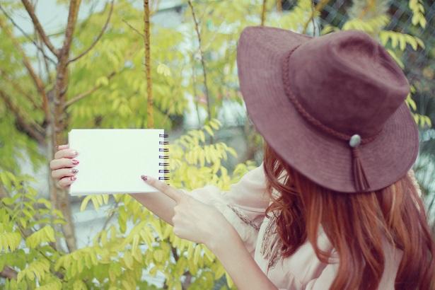 メモ帳を指さす女の子