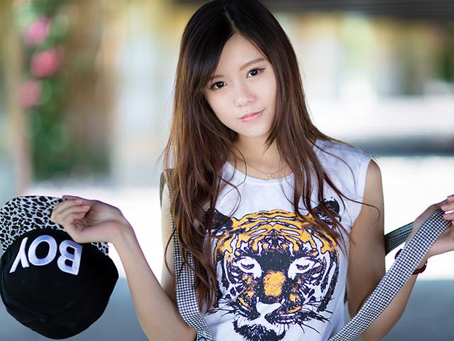 虎柄のTシャツを着ている女性