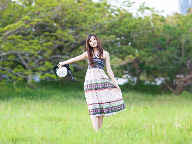 芝生を歩いている女性