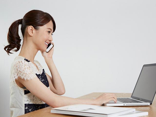 PCを見ながら通話をしている女性