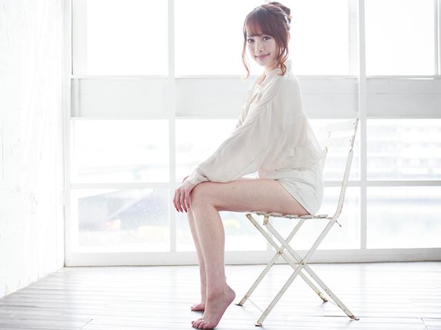 白い服を着て椅子に座っている女性