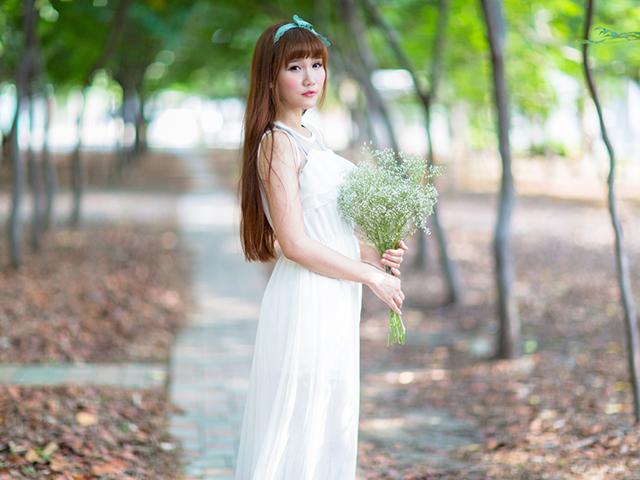 花束を持っている女性