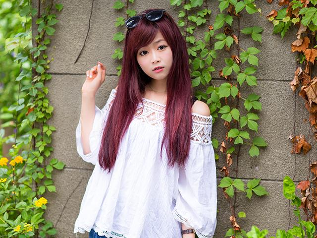 髪の毛がピンクの女性