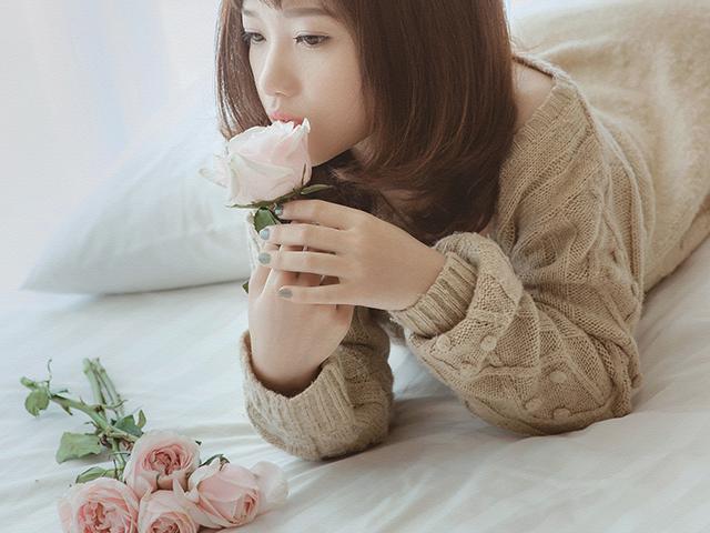 花を口に咥えている女性
