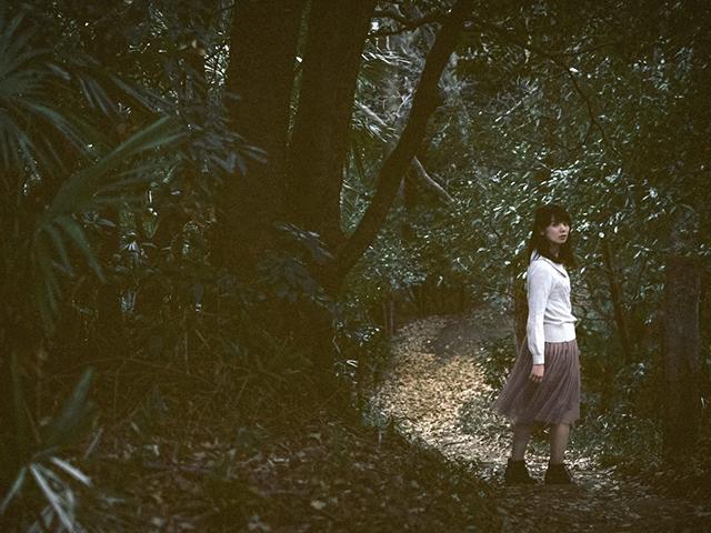 森の中を歩く女性