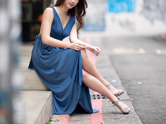 脚を組んだドレス姿の女性