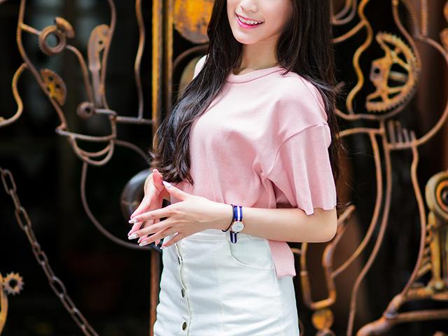 ピンク色のシャツの巨乳の女性