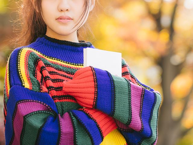 カラフルなセーターの女性