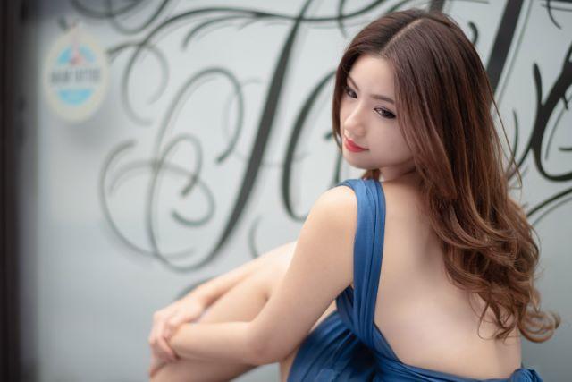 背中の開いたドレスを着た女性