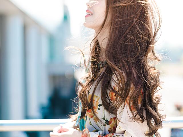 ウェーブした髪がきれいな女性