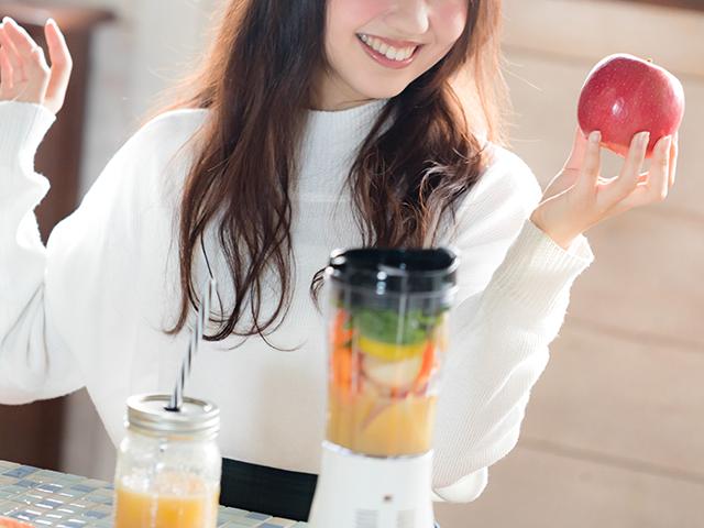 りんごを持っている女性