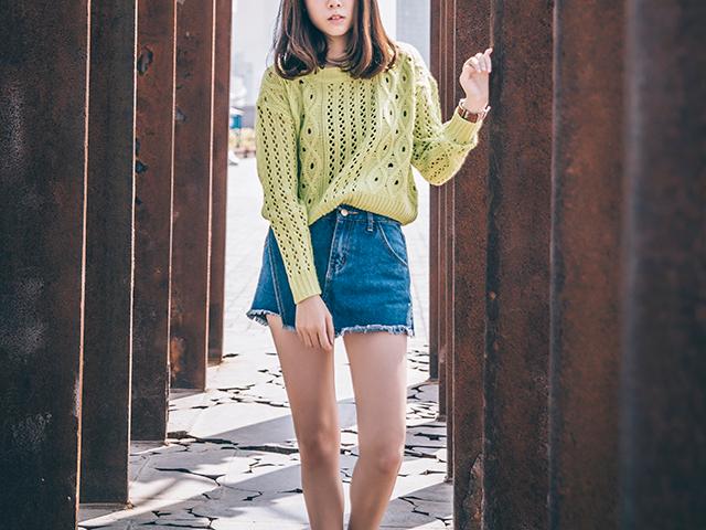 黄緑色のセーターを着た女性