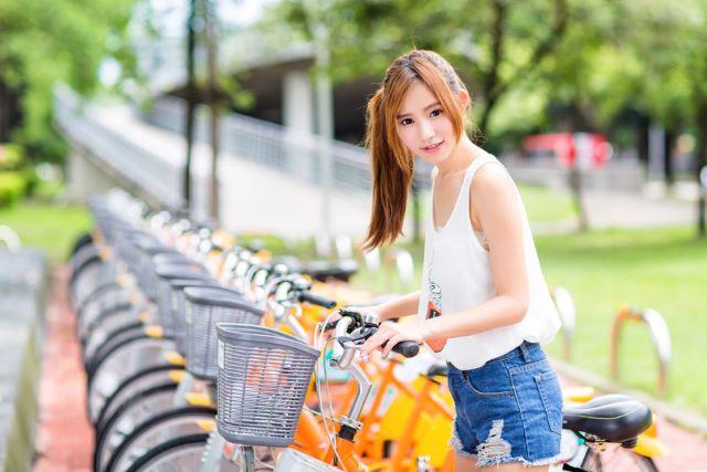 自転車にまたがる女性