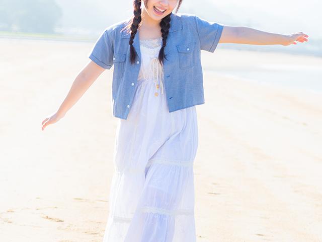 砂浜を駆け回っている女性