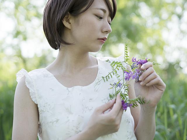 花を手に持っている女性