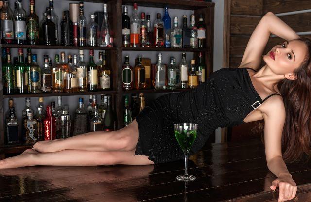 バーのカウンターに横たわるロシア人女性