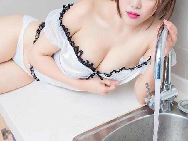水を出している女性