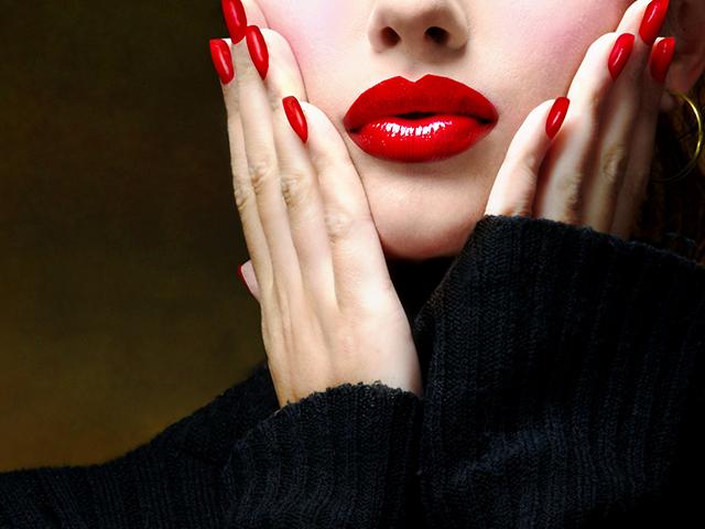 赤い口紅をしている女性