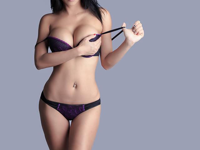 黒と紫のセクシーな下着を纏う女性