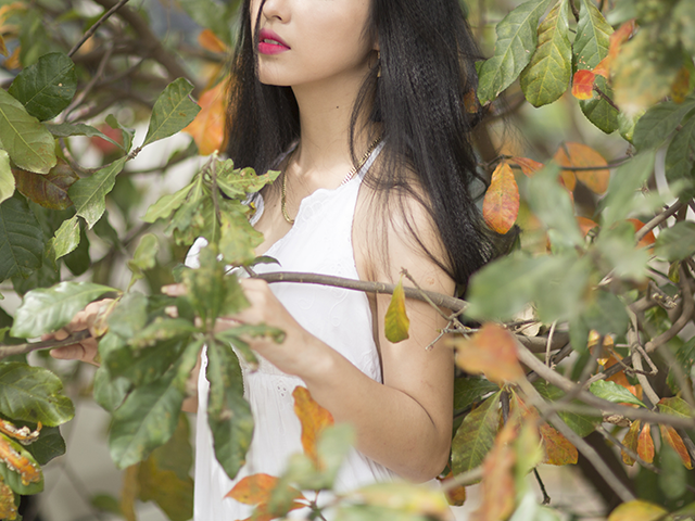 木の葉の中に埋もれてしまっている女性