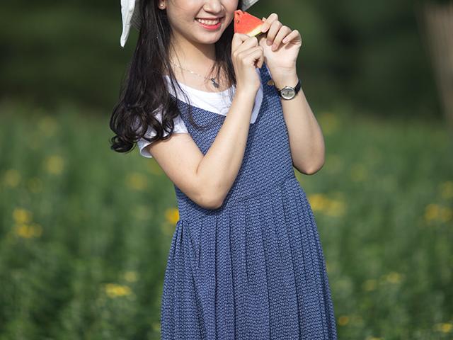 花畑でポーズを取っている女性