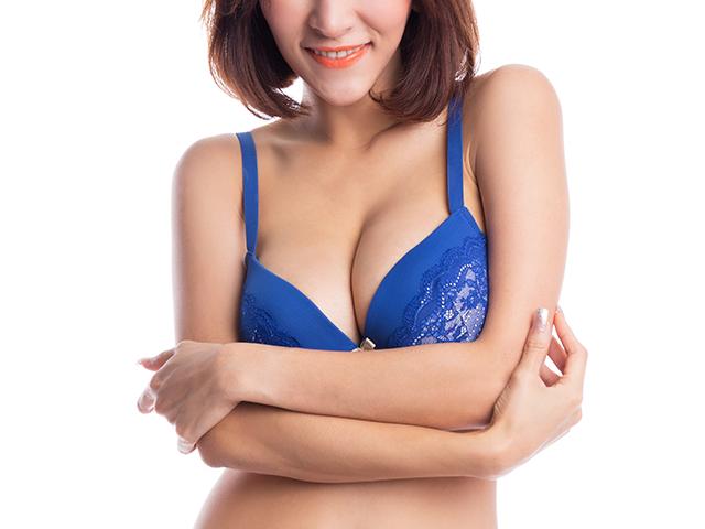 青いブラジャーと胸が強調されるポーズ