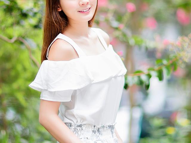 白い肩出しの服の女性