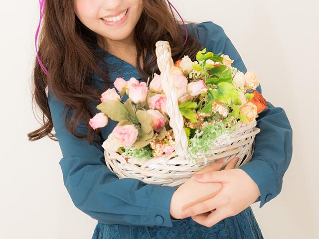 花のブーケを抱えている女性