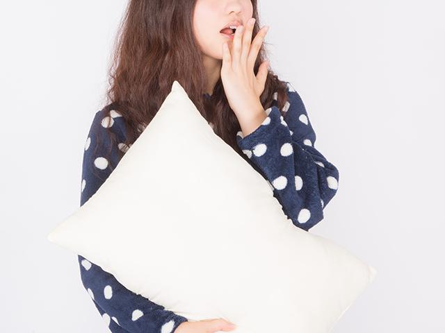 あくびをしている寝起きの女性
