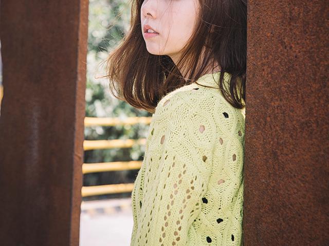 黄色セーターの女性