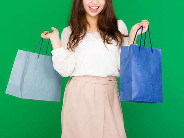 満足な買い物ができて喜んでいる女性