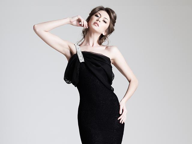 黒いドレスを着ている女性
