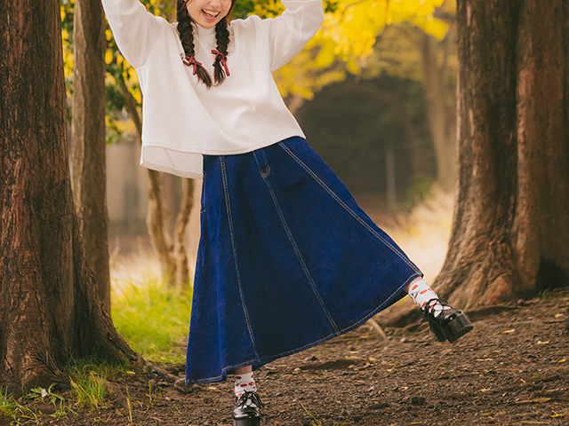 秋の公園を喜び歩いている女性