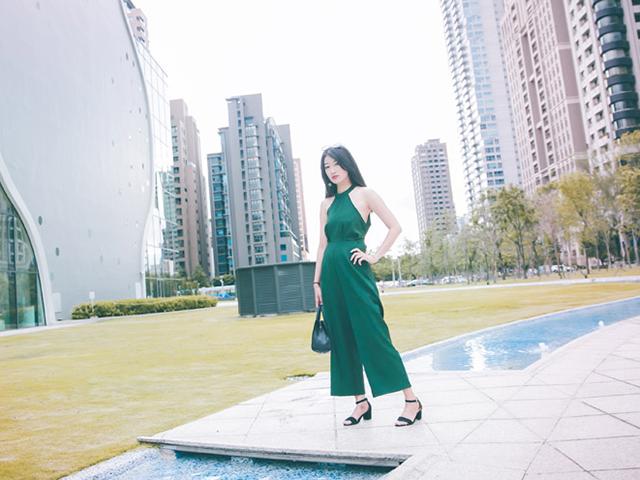 セクシーな緑のドレスを着た女性