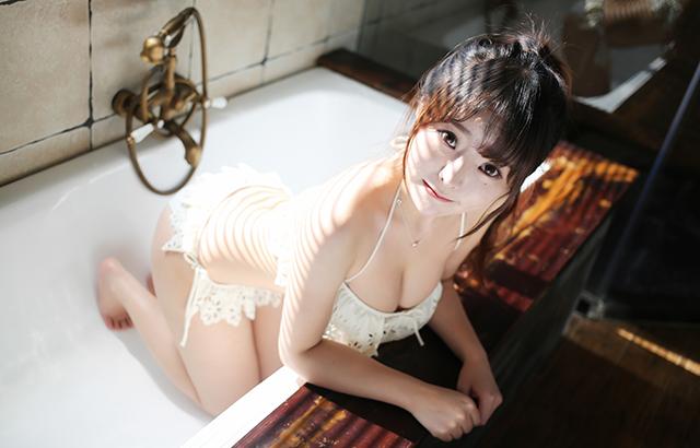 浴槽の中に座る女性