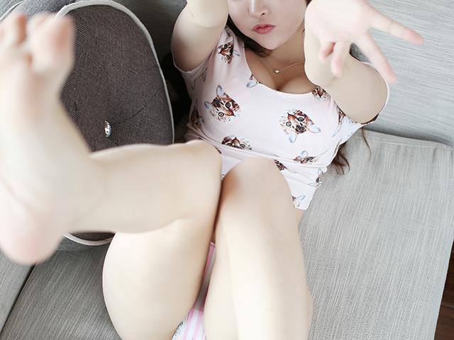 ソファで待っている女性