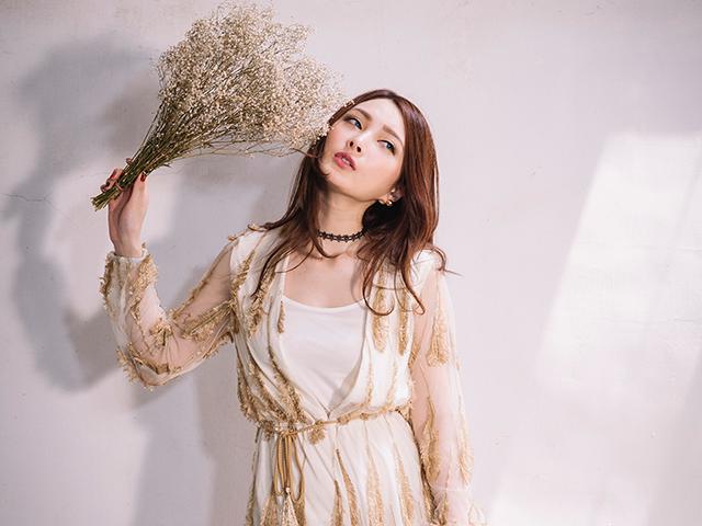 野草の束を持っている女性