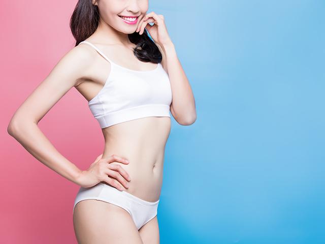 身体のラインが美しい白い下着の女性