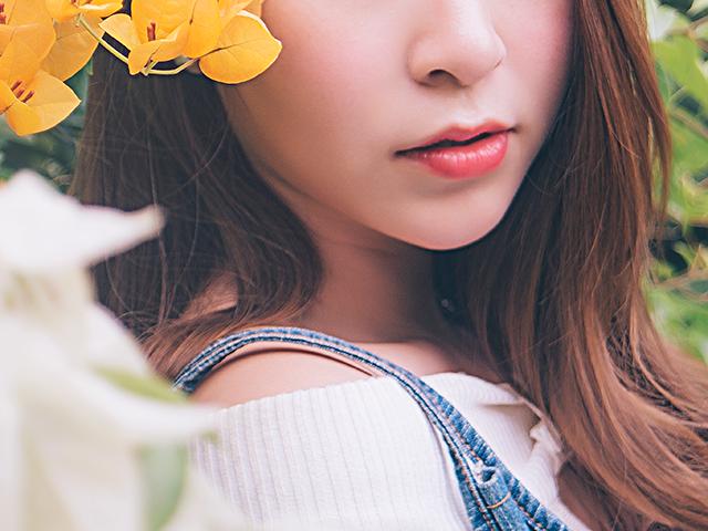 黄色い花と一緒に写っている女性