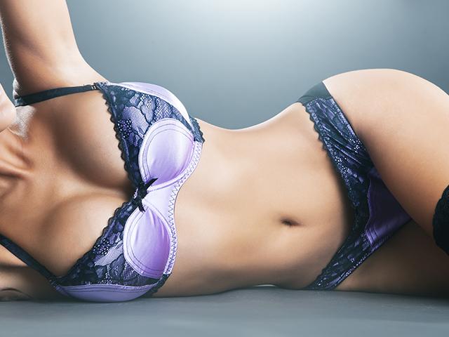 紫のランジェリーを身にまとった女性