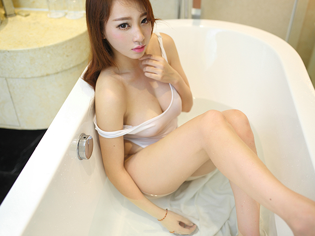お風呂に水着で入る女性