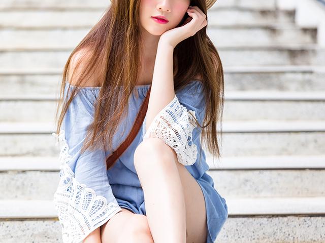 階段に座って頬杖をついている女の子