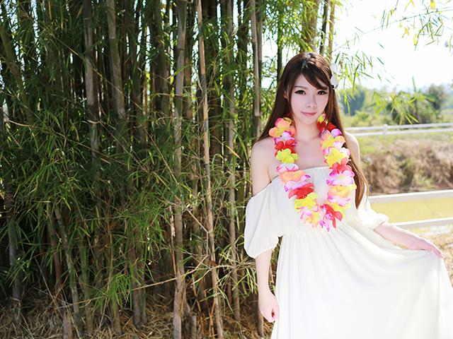 白い衣装を広げる女性